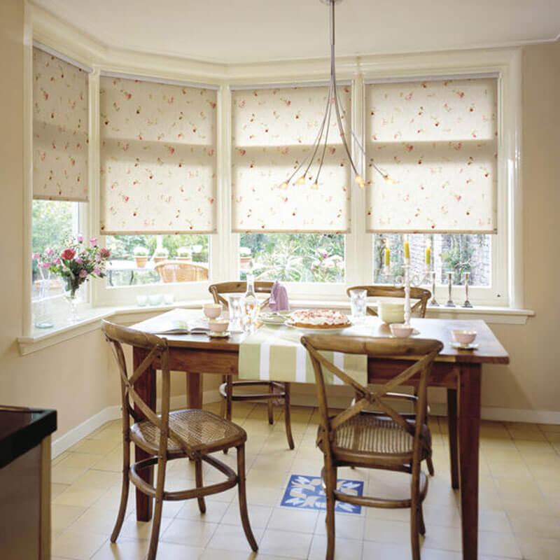 Рулонные шторы на кухонное окно: как сочетать стиль и практичность