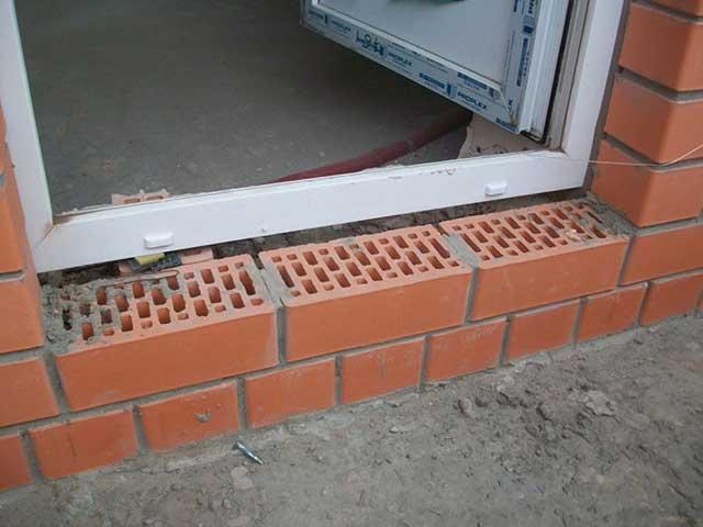 как сделать порог на балконе из кирпича