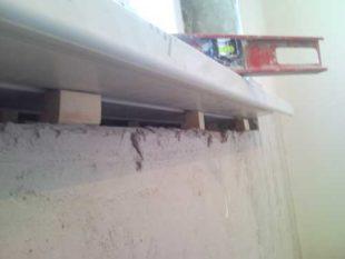 установка подоконника на подкладки