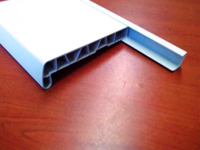 пластиковый подоконник монтируют на стартовый профиль